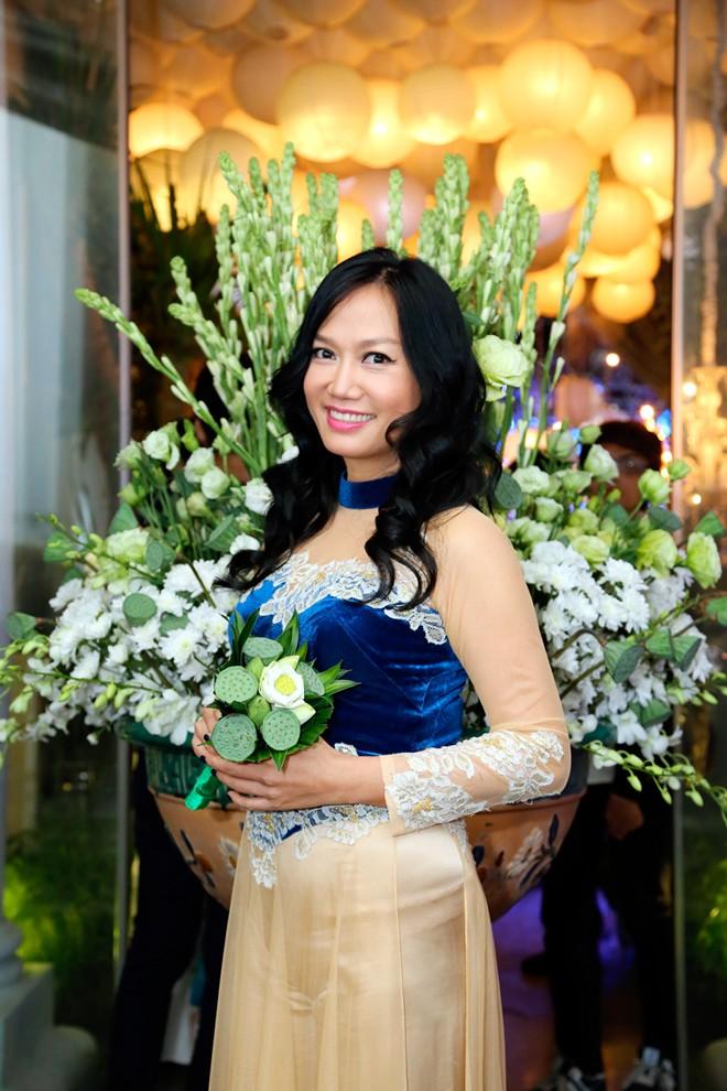 Em chồng xinh đẹp của Hà Tăng theo bố mẹ đi tiệc 14