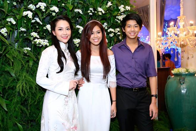 Em chồng xinh đẹp của Hà Tăng theo bố mẹ đi tiệc 13
