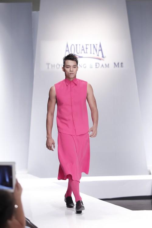 Giật mình mẫu nam Việt mặc vest không quần, diện váy hồng xuyên thấu 2
