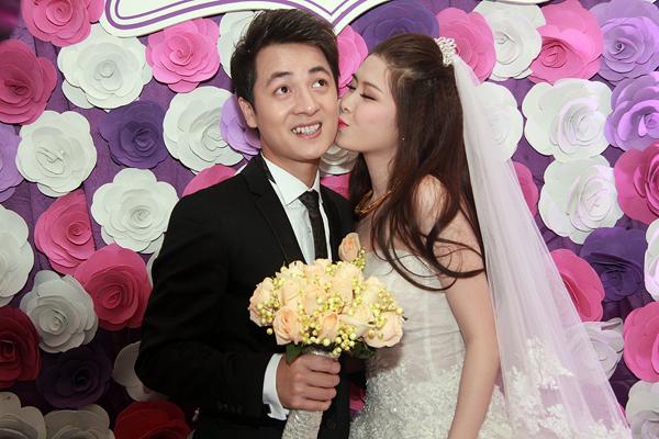 Vợ Đăng Khôi bất ngờ hôn má chồng trong đám cưới 22