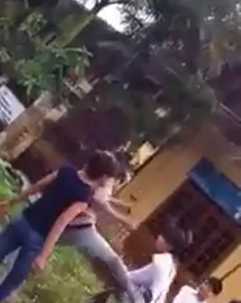 Xôn xao clip nữ sinh đánh nhau trước cửa ủy ban xã 3