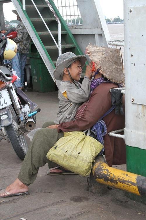 Bức ảnh bà già gánh rau muống bán rong gây xúc động cư dân mạng 3