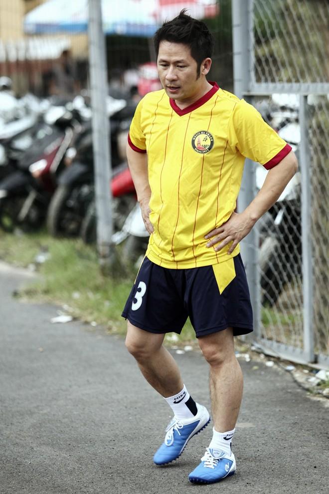 Vừa về đến Việt Nam, Bằng Kiều đã đối đầu Tuấn Hưng trên sân bóng 3