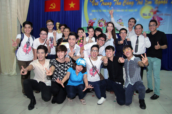 Hồ Ngọc Hà giản dị đi trao học bổng 10
