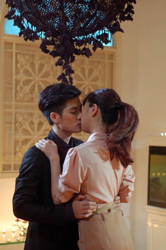 Những màn khóa môi gây sốc của sao Việt 2