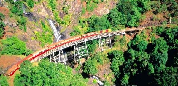 """Các tuyến đường sắt đẹp """"hiểm trở đến thót tim"""" trên thế giới 11"""