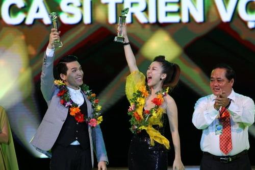 Cao Thái Sơn khiến khán giả 'nổi da gà' khi chụm đầu ôm eo 'bạn trai' trên sân khấu 17
