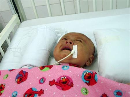 Xót xa bé 3 tháng tuổi chấn thương não vì cha ném xuống đường 3