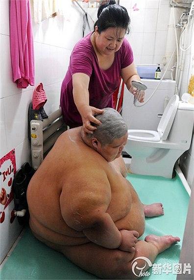 Mỗi khi đi tắm phải nhờ nhân viên cứu hộ khiêng 6