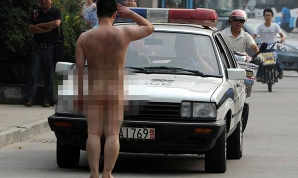 Những màn khỏa thân trên đường gây chú ý 8