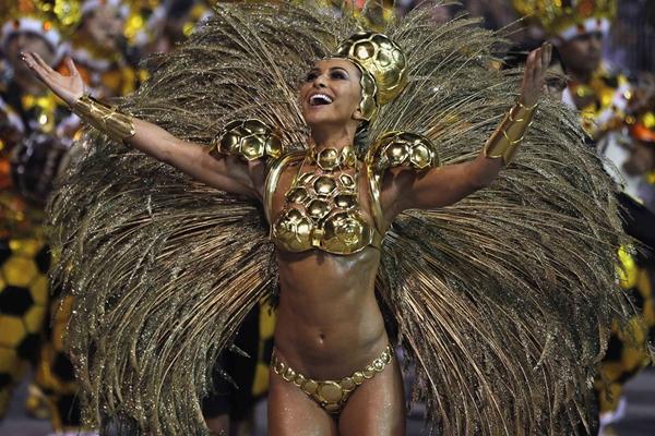Vũ công samba nóng bỏng trong lễ hội hóa trang 1