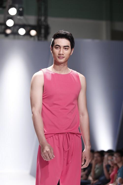 Giật mình mẫu nam Việt mặc vest không quần, diện váy hồng xuyên thấu 9