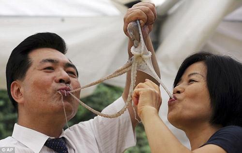 Rùng mình cảnh nhai ngấu nghiến bạch tuộc sống 7