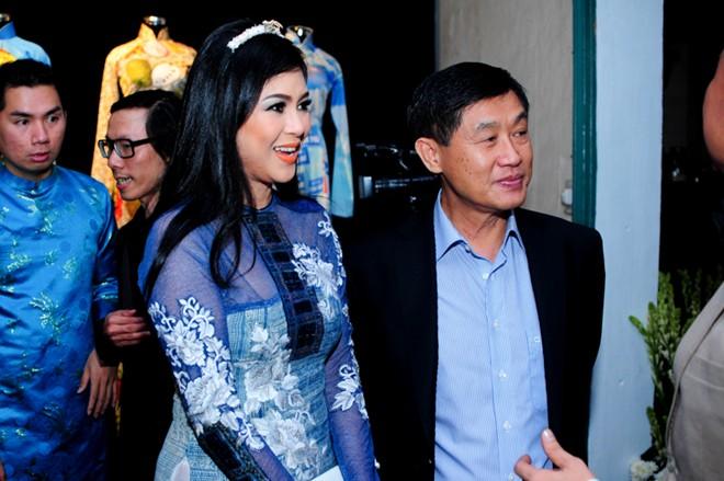 Em chồng xinh đẹp của Hà Tăng theo bố mẹ đi tiệc 7