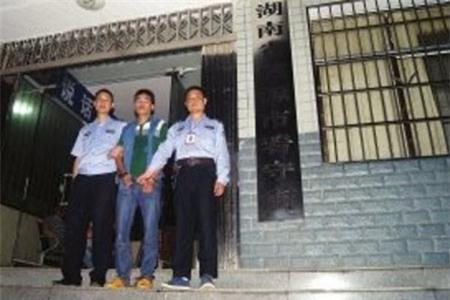 Vụ án kinh hoàng: Con trai thuê sát thủ giết cha và chị gái 1