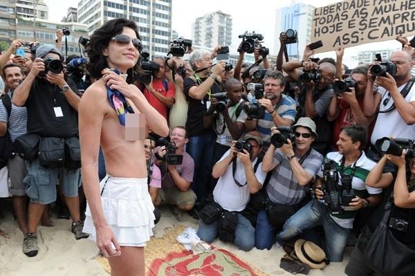 """Biểu tình """"thả rông"""" vòng 1 phản đối luật cấm ngực trần 5"""