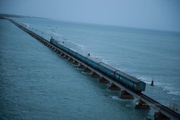 """Các tuyến đường sắt đẹp """"hiểm trở đến thót tim"""" trên thế giới 6"""