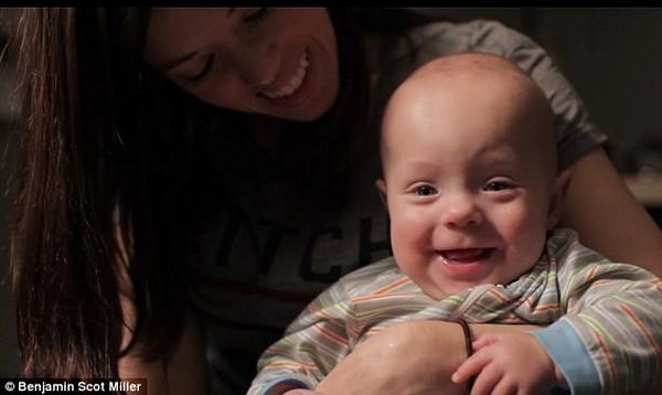 Clip xúc động của một người cha làm tặng con trai bị sinh non 19