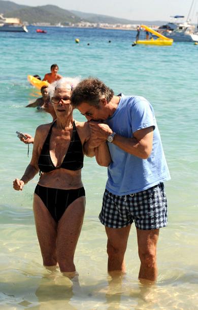 Nữ công tước U90 diện bikini sánh bước bên chồng trẻ đi tắm biển 5