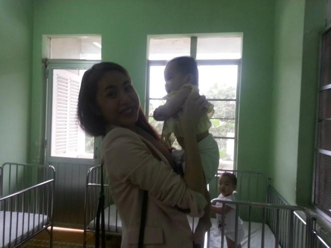 Thủy Tiên cùng fan tới thăm em bé bị bố bạo hành 12