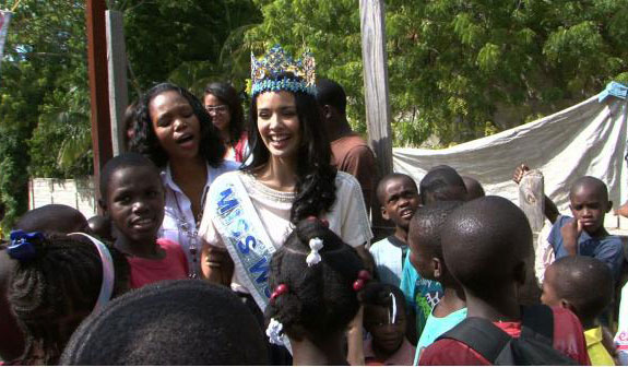 Hoa hậu thế giới 2013 bị tai nạn sập nhà ở Haiti 1