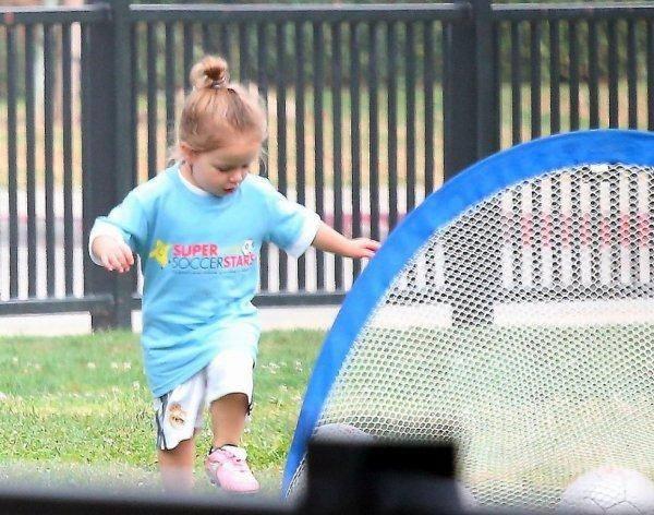 """Công chúa nhà Beckham diện """"quần đùi, áo phông"""" đá bóng như bố 6"""