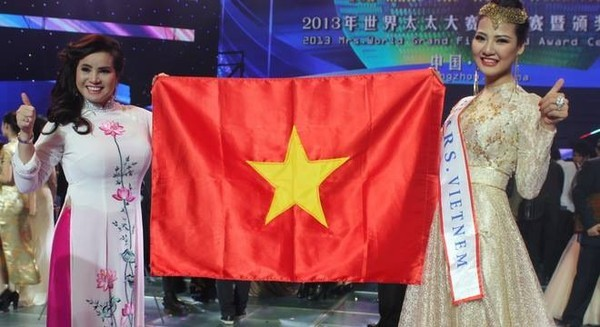 Những sự cố đáng tiếc của các người đẹp Việt trên đấu trường quốc tế 9