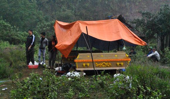 Xe tải lao xuống vực, 3 người chết, 1 người bị thương 2