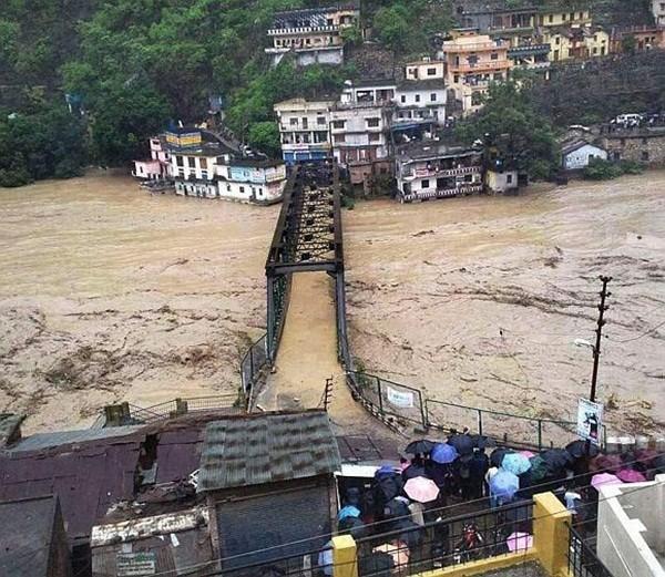 Thi thể nạn nhân chất chồng vì mưa lũ Ấn Độ 1