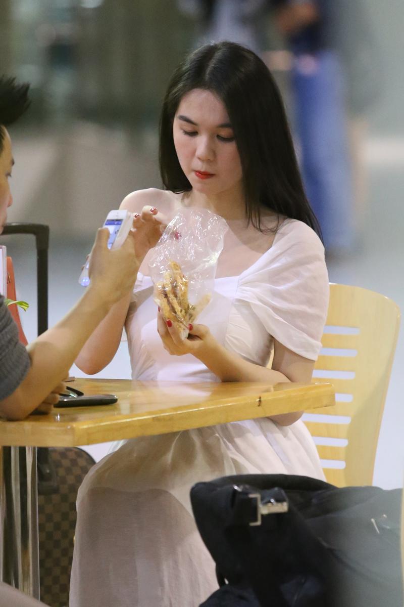 Ngọc Trinh âu yếm đút cho Vũ Khắc Tiệp ăn ở sân bay 20