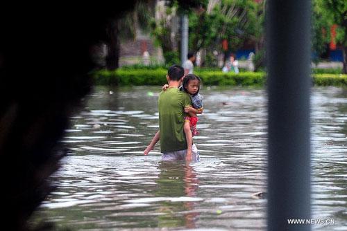 Cận cảnh sức tàn phá của bão Kalmaegi ở miền nam Trung Quốc 10