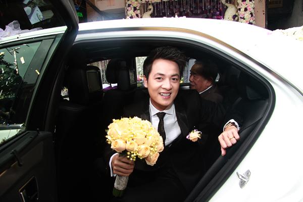 Vợ Đăng Khôi bất ngờ hôn má chồng trong đám cưới 10