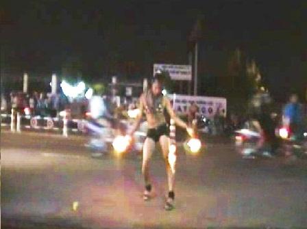 Múa lửa sexy giữa phố mưu sinh 2