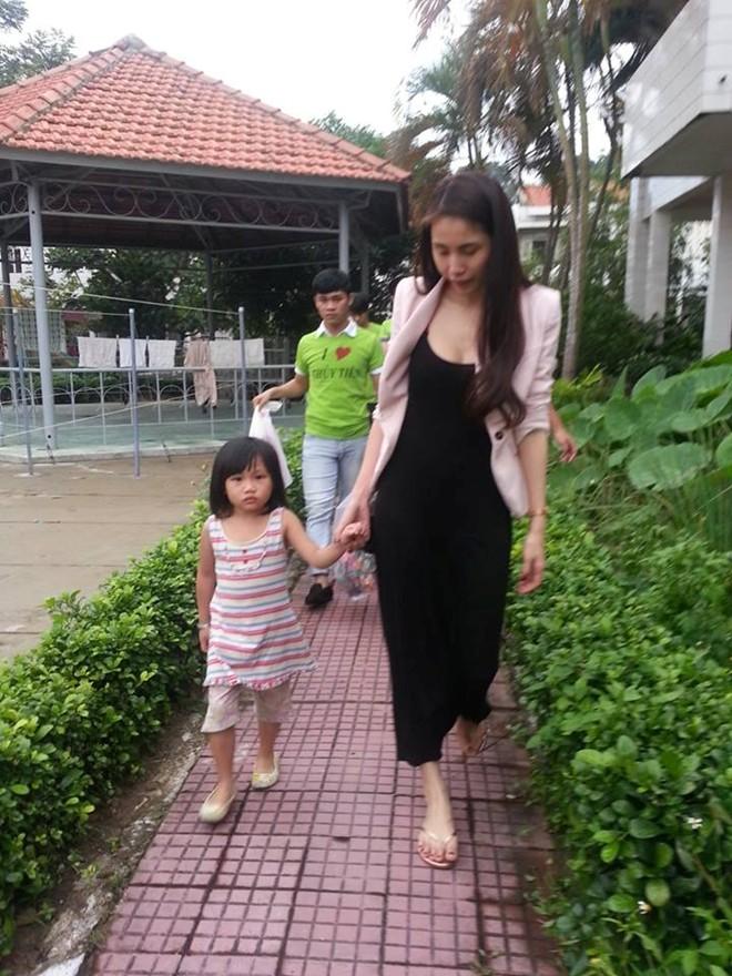 Thủy Tiên cùng fan tới thăm em bé bị bố bạo hành 7