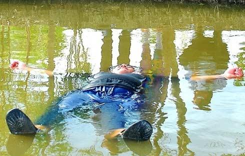 Chàng trai 120kg tự nổi trên sông 1