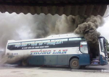 Kinh hãi xe khách giường nằm bốc cháy, QL1A tắc nghẽn nghiêm trọng 3