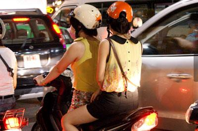 Nóng, con gái Hà Nội mặc xuyên thấu về đêm 9