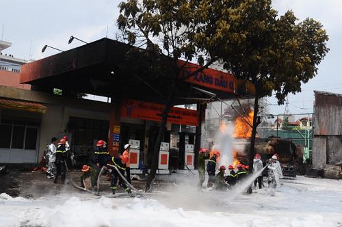Hiện trường vụ cháy xe bồn trong cây xăng 2