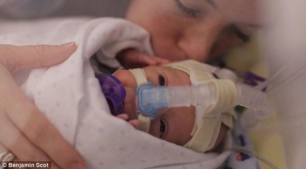 Clip xúc động của một người cha làm tặng con trai bị sinh non 10