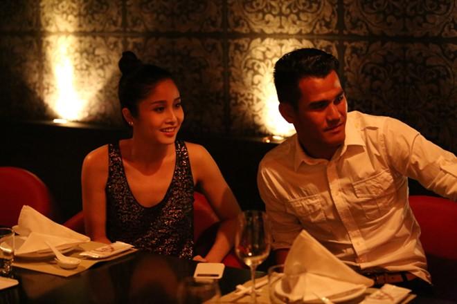 Phan Thanh Bình đưa vợ đẹp, con xinh đi chơi khuya 6