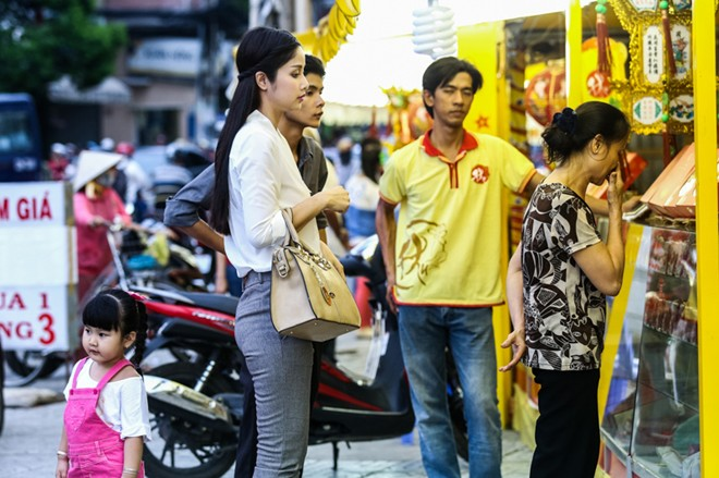 Con gái Phan Thanh Bình tinh nghịch khi được bố mẹ đưa đi mua sắm 5