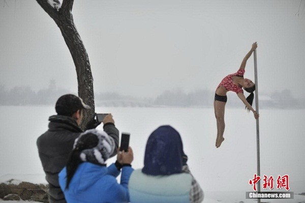 Ngắm thiếu nữ múa cột giữa băng tuyết 3