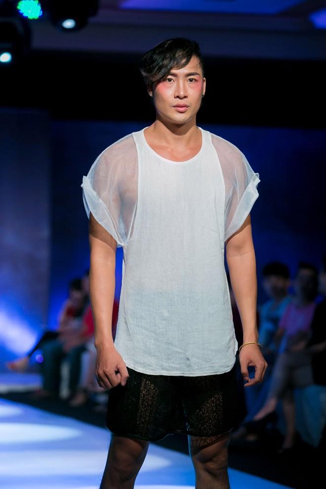 Phát hoảng với mẫu nam mặc váy ren xuyên thấu lộ nội y phản cảm 19