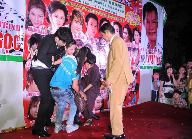 Nhật Kim Anh bất ngờ té xỉu trên sân khấu 3