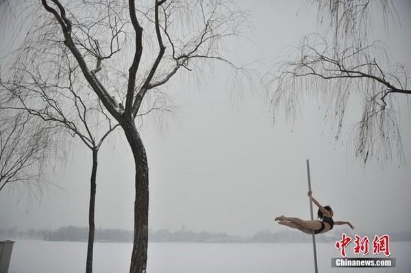 Ngắm thiếu nữ múa cột giữa băng tuyết 1