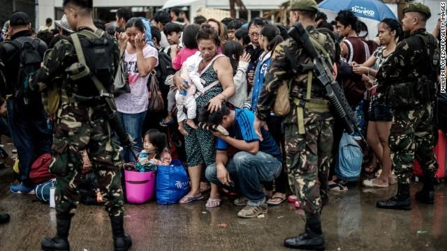 Hàng ngàn trẻ em vùng bão Philippines đổ ra đường xin ăn trong đói khát 4