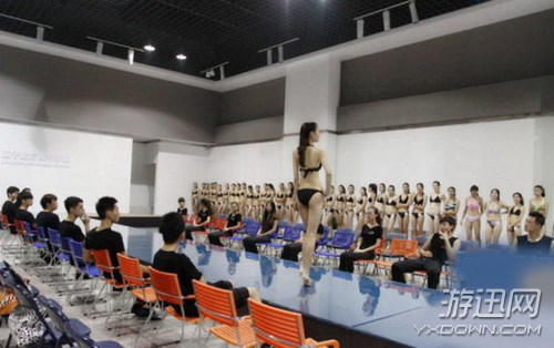 Choáng với các nữ sinh diện bikini nóng bỏng lên lớp 2
