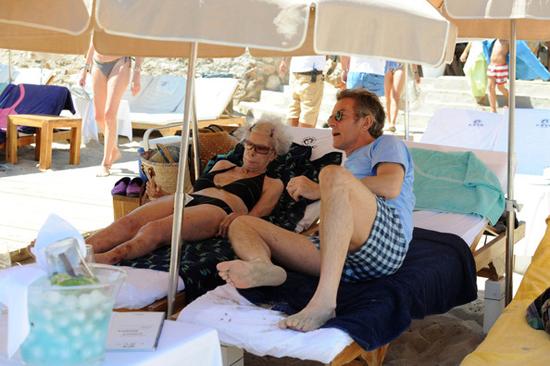 Nữ công tước U90 diện bikini sánh bước bên chồng trẻ đi tắm biển 6