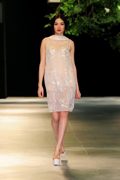 Người mẫu Minh Tú diện váy cưới lộ phần nhạy cảm 13