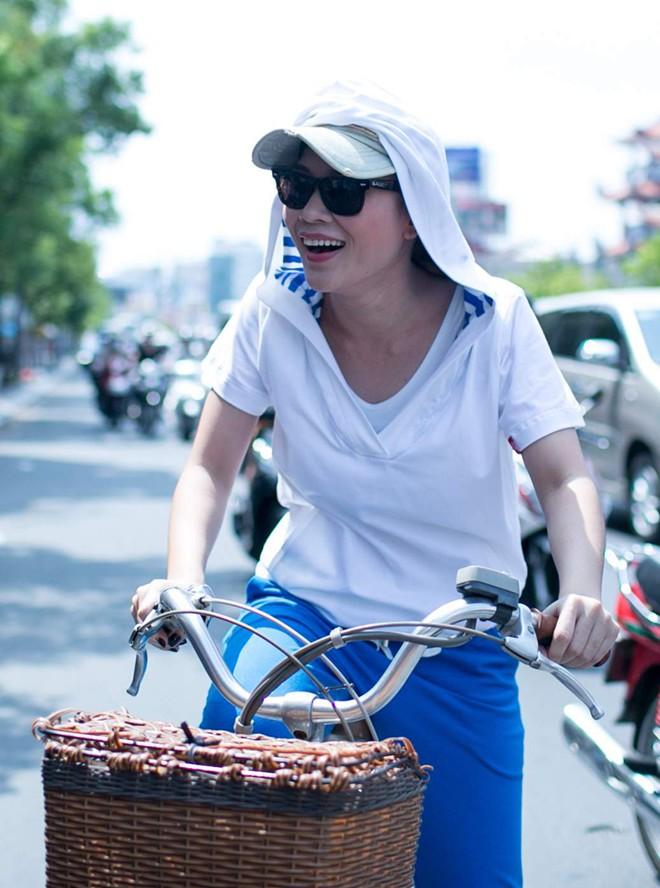Mỹ Tâm gây bất ngờ khi đạp xe đi gặp fan giữa trời nắng gắt 2